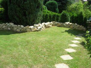 Steinzaun im Garten