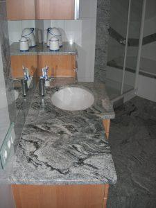 Ablageschrank mit Steinflächen