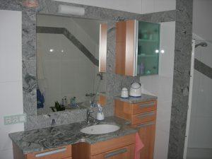 Badezimmer mit Steinoberflächen