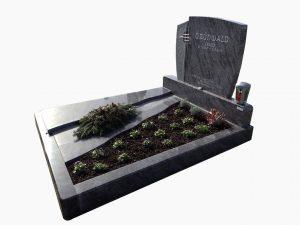 Grabstätte mit quer verlaufender Erde