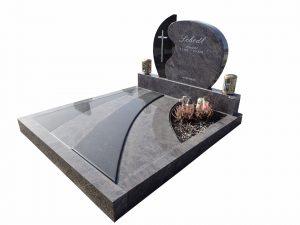 Grabstein mit verschiedenem Steinmaterial und Kreuz