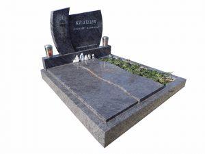 Grabfläche mit dreiviertel zugedecktem Stein