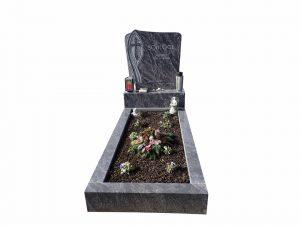 Schmales Grab mit Blumen
