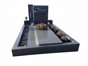 zweigeteilter Grabstein mit seitlichen Platz für Erde und Blumen