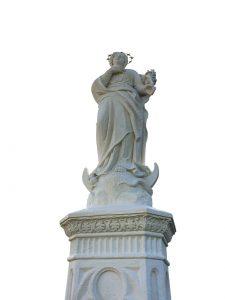 Statue mit Podest